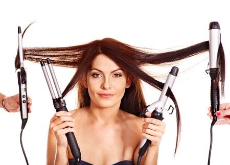 peluquerias: Joven mujer con plancha de pelo rizado. Aislado. Foto de archivo