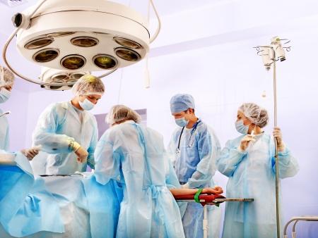 medicale: Chirurgien équipe au travail en salle d'opération. Banque d'images