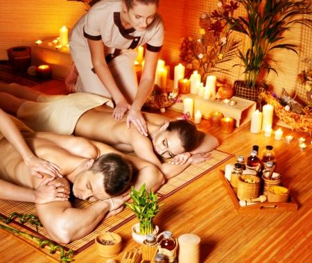 massage huile: L'homme et la femme de d�tente dans le spa de bambou. Banque d'images
