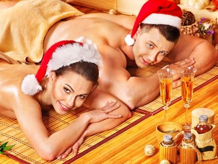 massage oil: L'homme et la femme de d�tente � No�l spa. Banque d'images