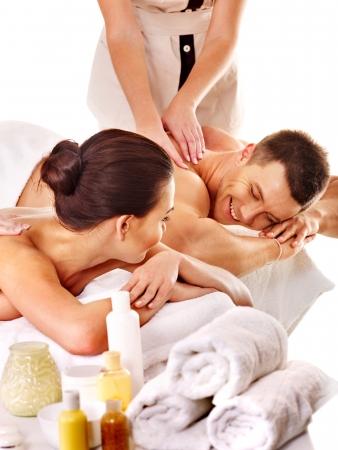 homme massage: L'homme et la femme de détente dans le spa. Isolé.