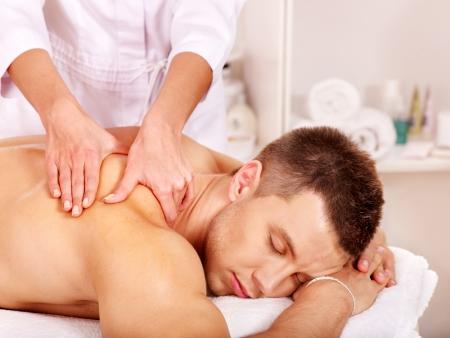 masaje: Hombre recibiendo masaje relajante en el spa.