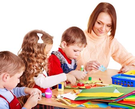 Kindergärtnerin mit Gruppe Kinder. Isoliert.