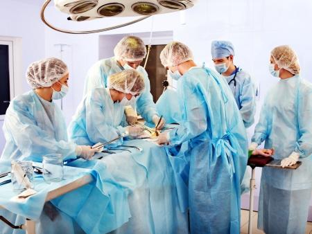 quirurgico: Equipo m�dico en el trabajo en sala de operaciones.