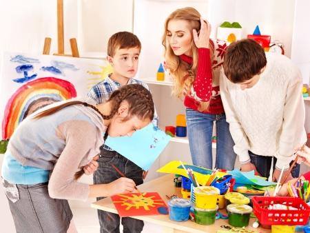 nursery education: Ni�o pintura en la escuela de arte. Educaci�n. Foto de archivo