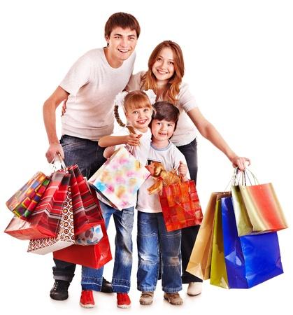 ni�os de compras: Familia con ni�os tomados de la bolsa de la compra. Aislado. Foto de archivo