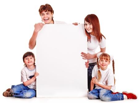 niños con pancarta: Familia feliz con los niños tomados de la bandera. Aislado.
