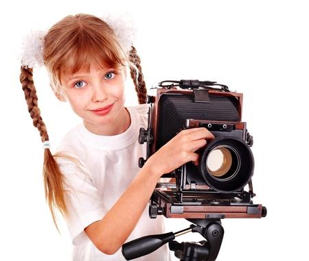 Niño con cámara de formato antiguo de madera digital de gran tamaño. Aislado.