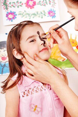 pintura en la cara: Niño preescolar con pintura de la cara. Maquillaje.