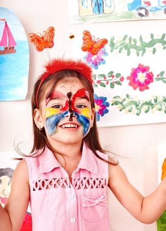 painting face: Ni�o con pintura de la cara en la sala de juego. Preescolar. Foto de archivo