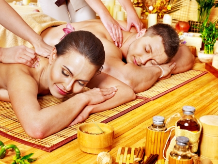 massage homme: L'homme et la femme de d�tente dans le spa de bambou. Banque d'images