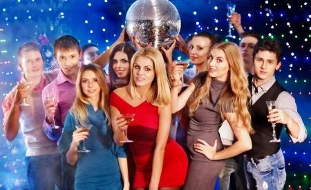 fiestas discoteca: Grupo de personas con champ�n en una fiesta de baile. Bola de discoteca.