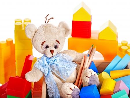 juguetes de madera: Los niños juguetes con osito de peluche y cubos. Aislado.