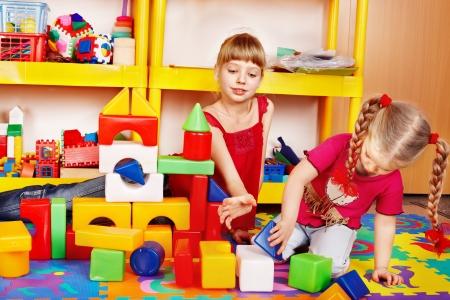 playroom: Ni�a que juega en bloque y el conjunto de la construcci�n en el preescolar.