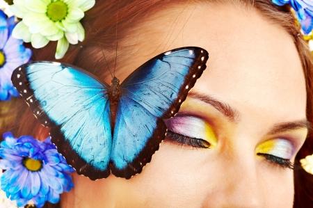donna farfalla: Donna con fiori e farfalle. Isolato.