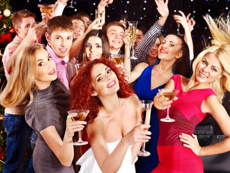 night club: Gruppo di persone con champagne alla festa di ballo.