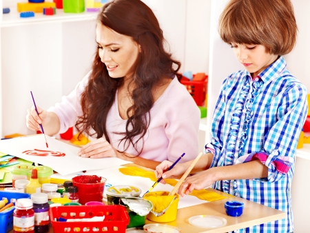 Familie mit Kindern spielen Ziegel.