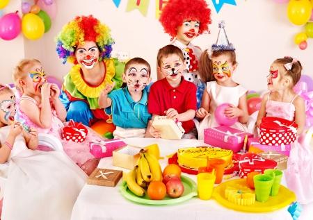 maquillaje infantil: Los ni�os la fiesta de cumplea�os feliz. Foto de archivo