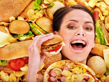 정크 푸드: 얇은 여자 햄버거를 들고.