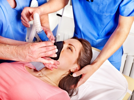 oxigeno: Médico que den máscara de oxígeno a los pacientes en el hospital.