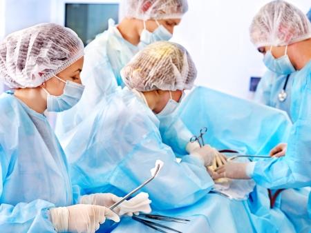 cirujano: Equipo m�dico en el trabajo en sala de operaciones.