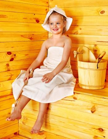 Glücklich mit dem Kind entspannen in der Sauna.