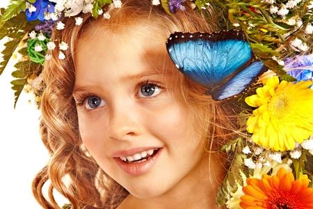 niño modelo: Rostro de niño con la flor y la mariposa. Aislado.