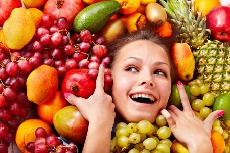 fruta tropical: Mujer joven en el grupo de las frutas. Healthcare. Foto de archivo