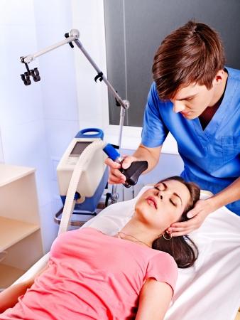 respiration: M�decin donnant masque � oxyg�ne � un patient � l'h�pital.