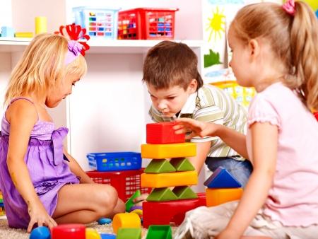 nursery education: Los ni�os en kindergarten bloque de apilamiento.