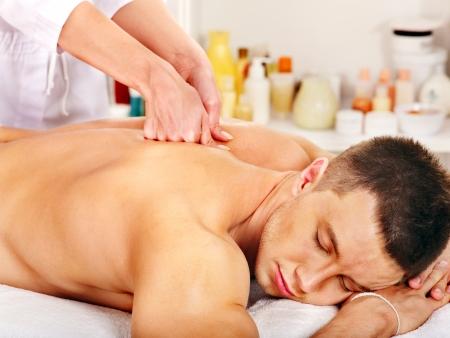 masoterapia: Hombre que consigue masaje relajante en el spa. Foto de archivo