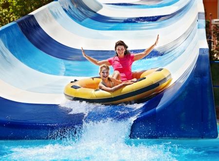 アクアパークの水スライドで母と子。夏の休日。 写真素材