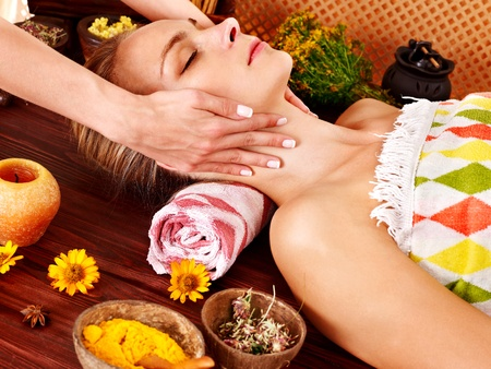 mimos: Mujer recibiendo masaje facial en el spa de belleza tropical.