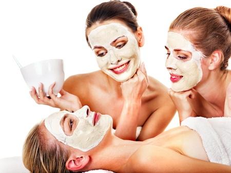 mimos: Mujer joven que consigue la máscara facial y chismes. Aislado.