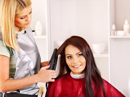 peluquerias: Mujer en el peluquero con rizador de pelo de hierro.