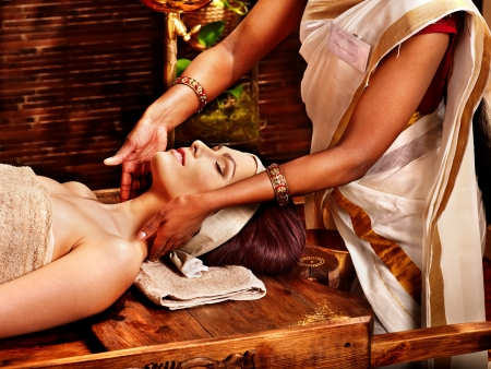 terapia de grupo: Mujer que tiene facial ayurveda tratamiento de spa.