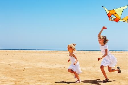 papalote: Ni�o vuelo de cometas de playa al aire libre.