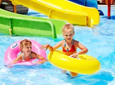 schwimmring: Kinder sitzen auf aufblasbaren Ring im Schwimmbad.