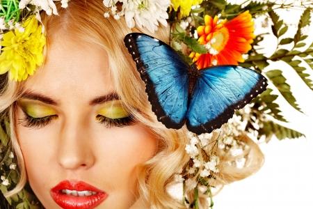 morpho menelaus: Rostro de mujer con maquillaje y mariposa. Aislado. Foto de archivo