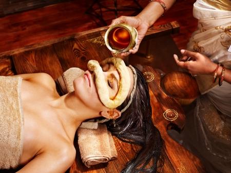 massage oil: Femme ayant visage yeux masque � l'huile ayurveda spa.