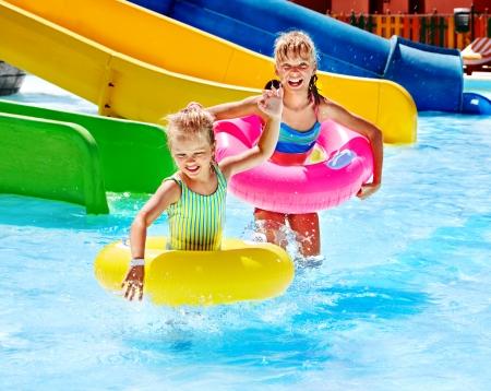 tobogan agua: Ni�o en diapositiva de agua en aquapark. Vacaciones de verano.