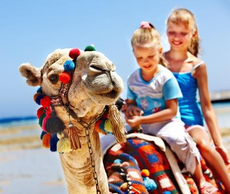 camello: Turistas ni�os montando en camello en la playa de Egipto. Nitidez en un camello.