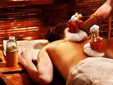 massage oil: Femme ayant le massage ayurv�dique avec boule � base de plantes. Banque d'images