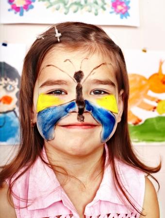 pintura en la cara: Ni?o con pintura de la cara en la sala de juegos. En edad preescolar.
