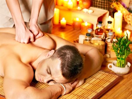 L'homme se massage aromatique au spa de bambou. Banque d'images