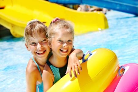 아쿠아 파크에서 워터 슬라이드에 아이. 여름 휴가.