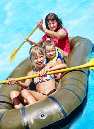 Familien mit Kindern fahren Schlauchboot am Schwimmbad.