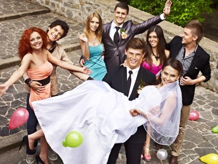 svatba: Skupina lidí na svatbě venkovní. Vysoký úhel pohledu. Reklamní fotografie