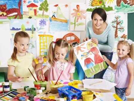 Gelukkige kinderen met leraar op school.