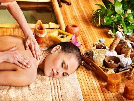 bambou: Jeune femme se massage dans le spa de bambou.